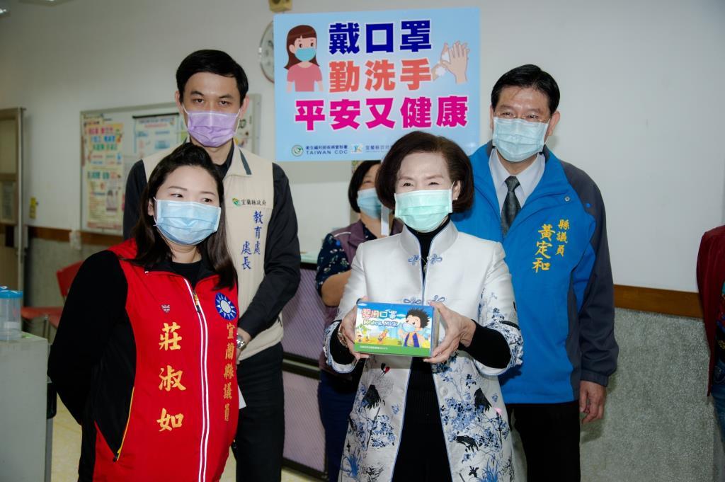 開學首日,宜蘭縣長林姿妙前往校園視察,關心防疫措施。