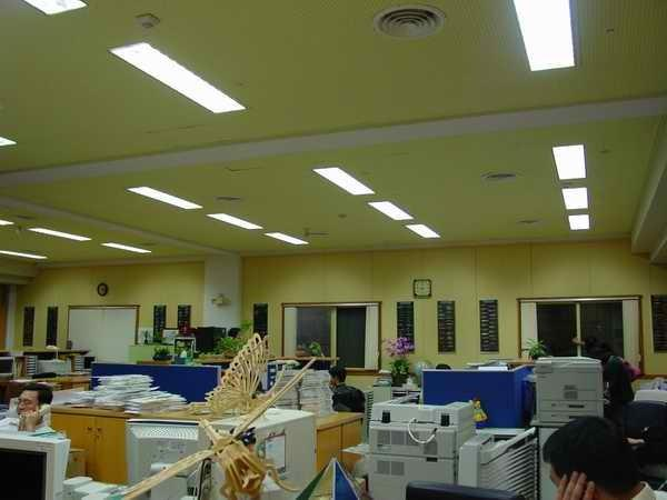 辦公室採高效率之燈具