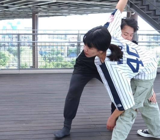 舞蹈老師示範動作