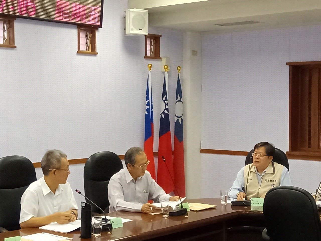 林秘書長茂盛(左)與政風處許執行秘書有良(右)進行議題討論。