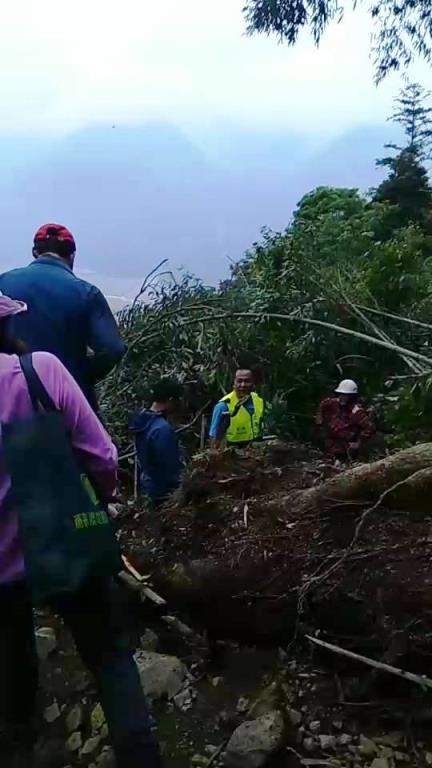 民眾攀登加羅湖遇坍道路受阻