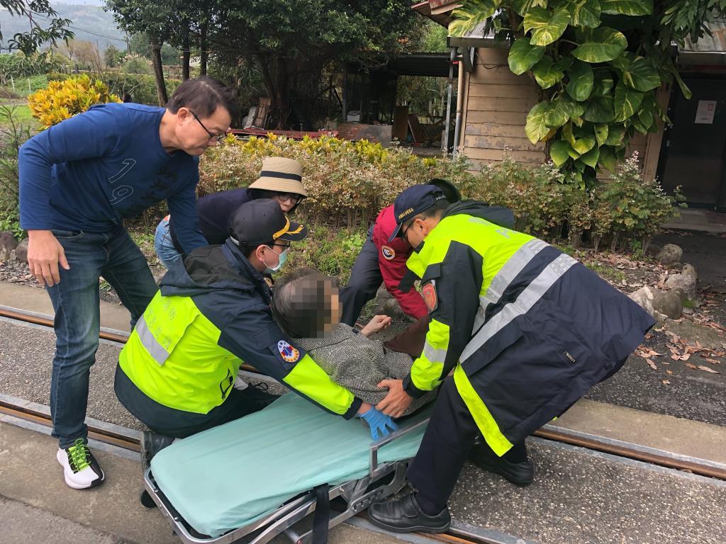 家人同遊天送埤不慎跌跤受傷 三星警暖心協助