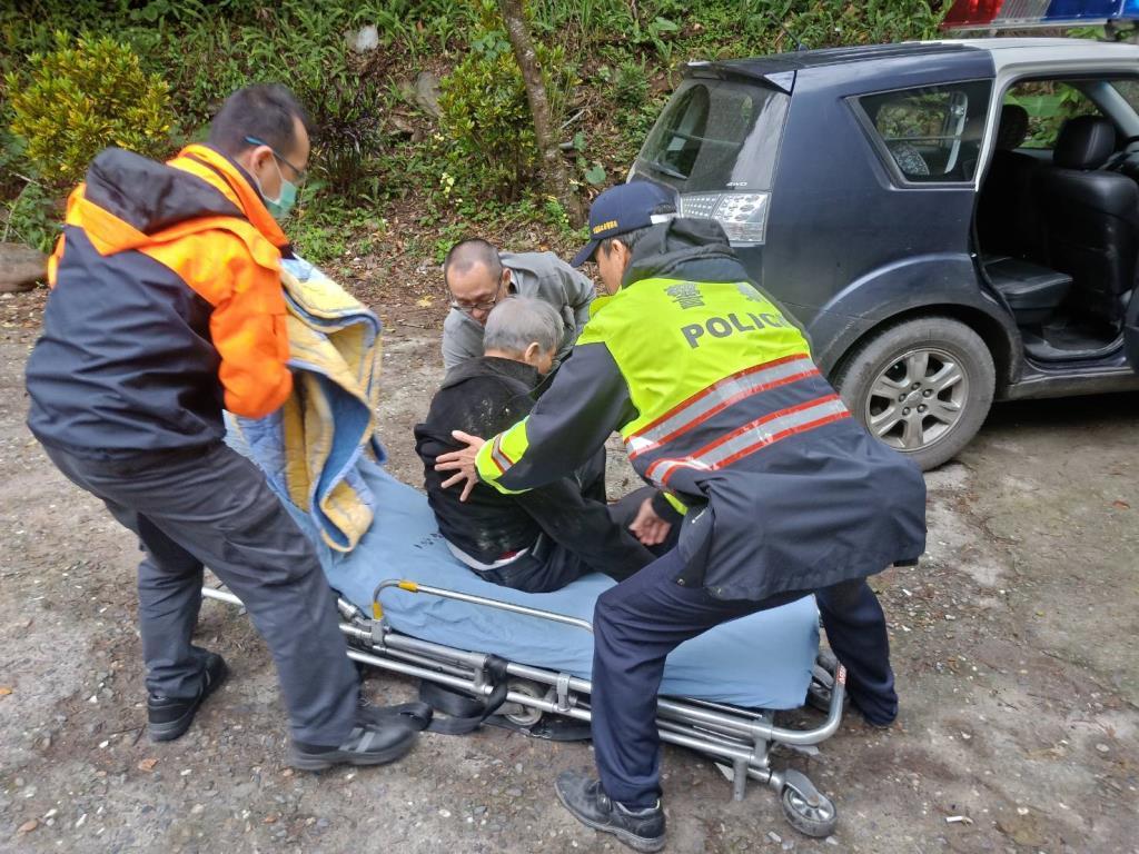 老翁山區迷路摔車 三星雙警馳騁協助送醫