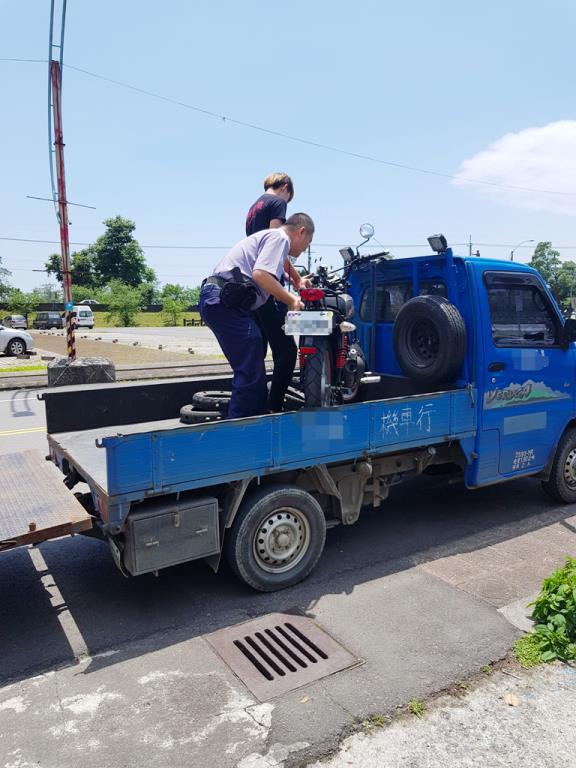 民眾車輛熄火受困 熱心巡佐協助排除