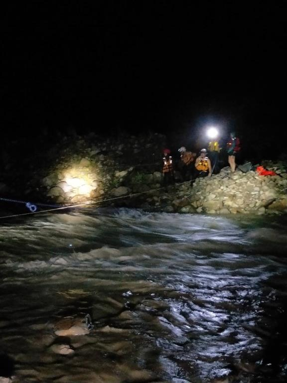 溪水暴漲民眾受困沙洲 三星警涉險救援
