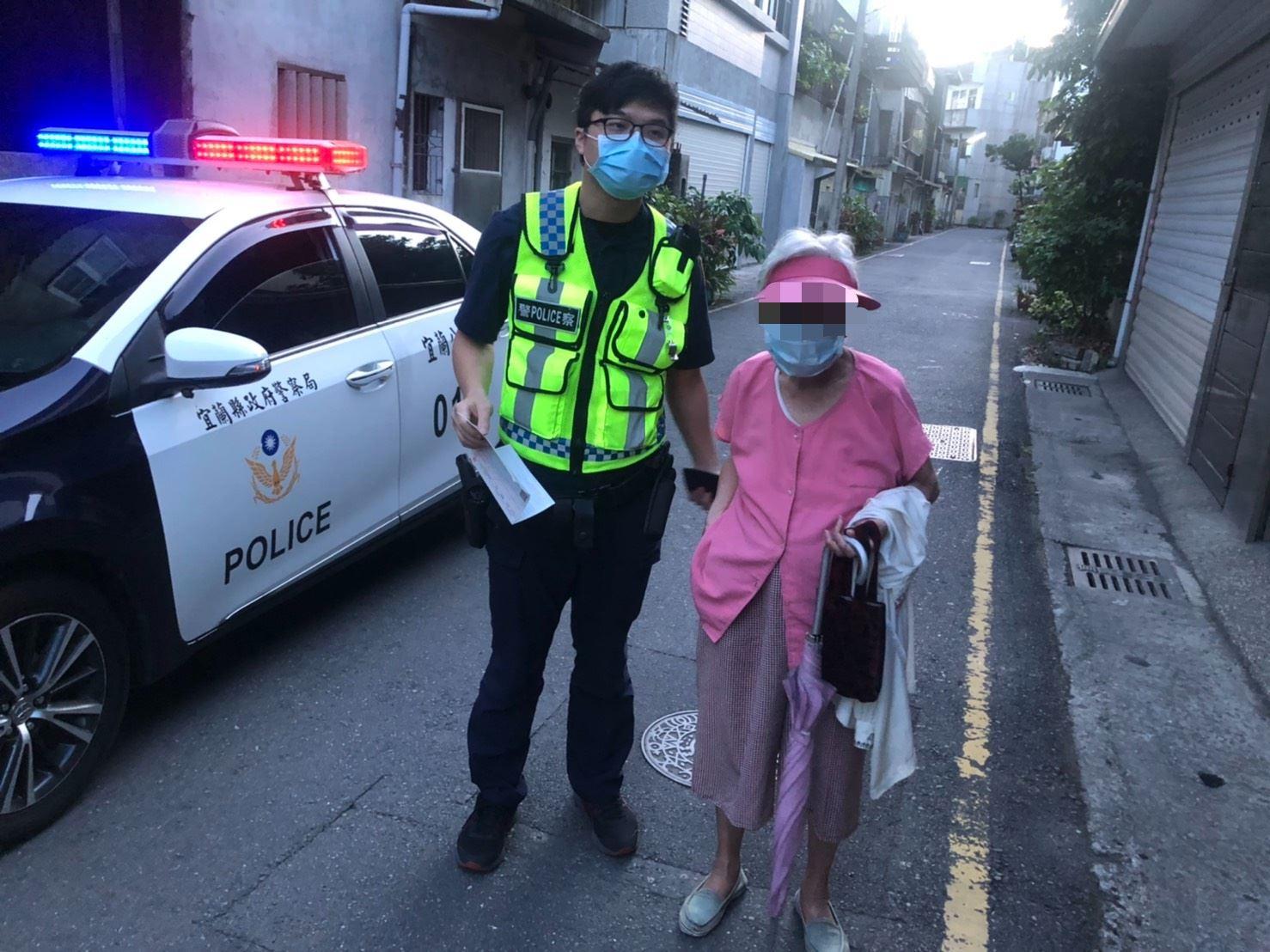 【九旬老婦人外出迷途,宜警攙扶乘坐巡邏車助返家】