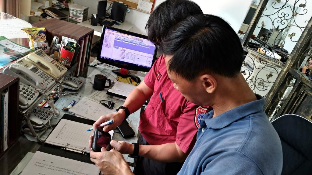 現場教導民眾如何操作GPS衛星導航儀