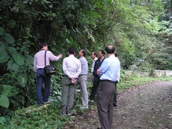 於龍泉瀑布進行植物物種調查