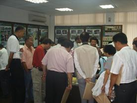 來賓於復育生態教室,觀賞螢火蟲復育流程