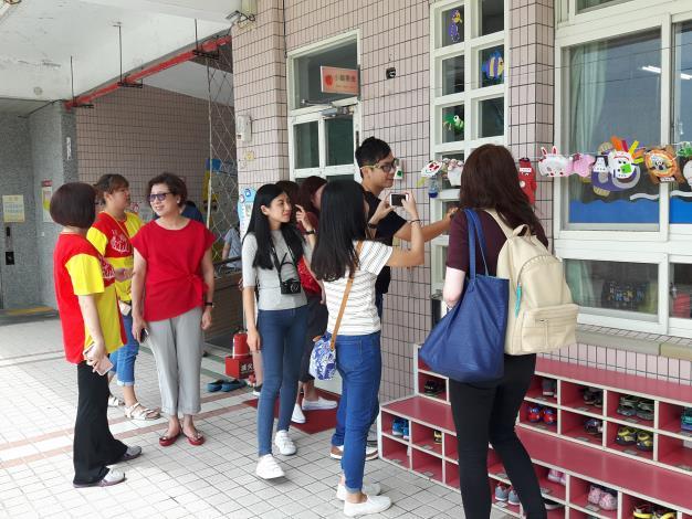 參訪人員使用手機圖