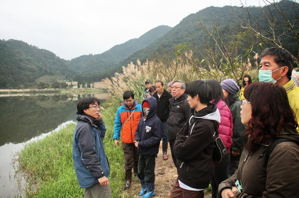 雙連埤的生態教室-解說員向遊客進行說明