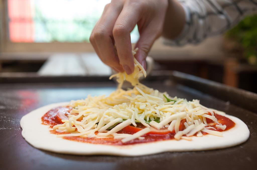用手抓窯烤披薩