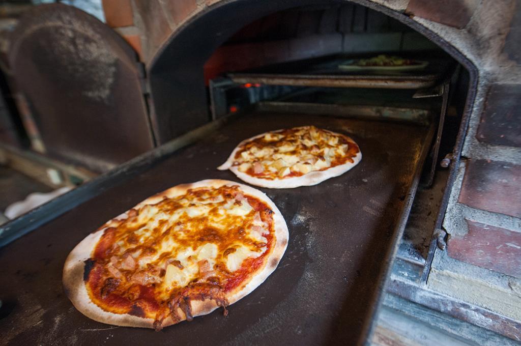 波的波可窯烤披薩窯烤披薩出爐的模樣