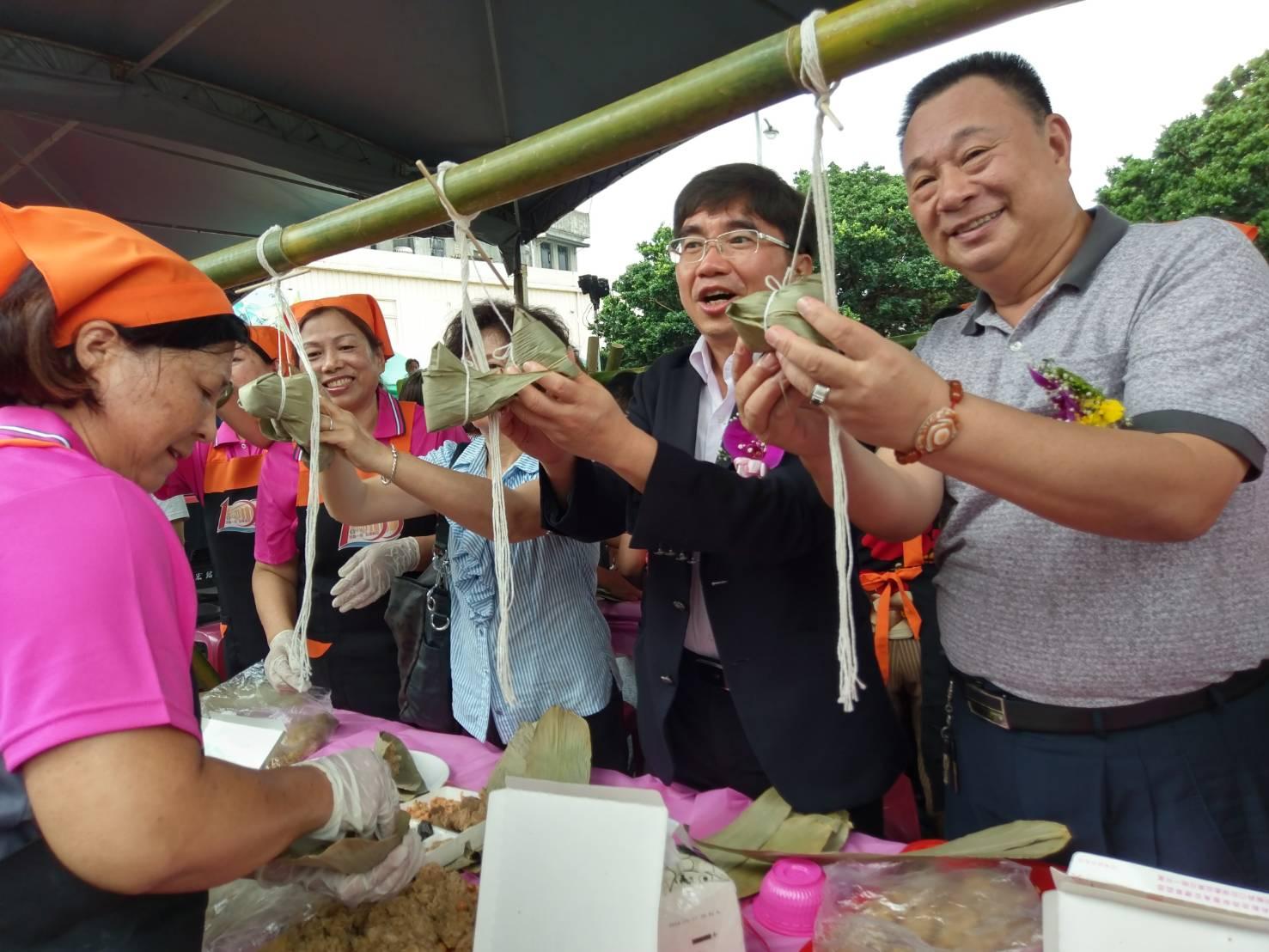 頭城鎮農會百人包粽做愛心公益活動