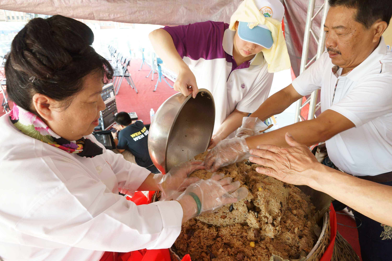 切開鯖魚粽