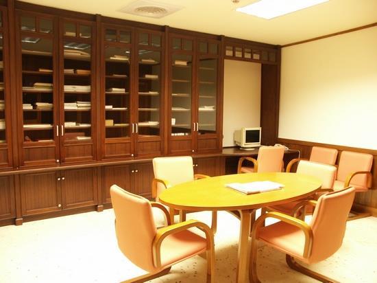 系譜室には、県內400種を超える系譜が収集されています。