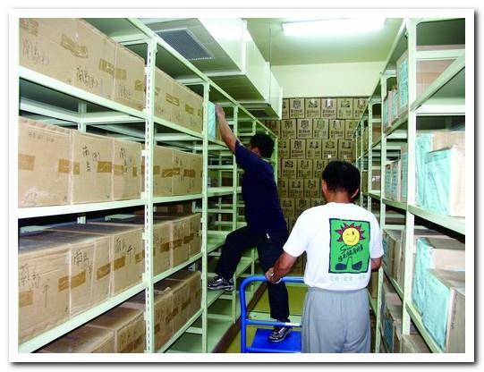 ボランティアの協力による書庫整理。