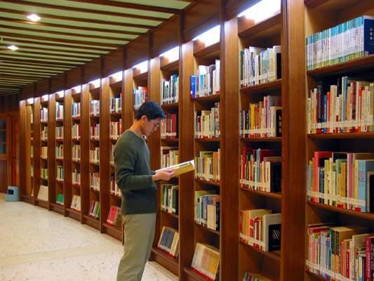 閱覧区では、開架図書資料の閱覧、貸出をしています。