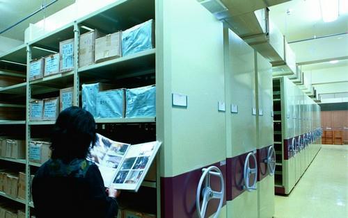本館に設置された三つの書庫では、出版品、史料ファイル及び貴重文献等を保存しています。