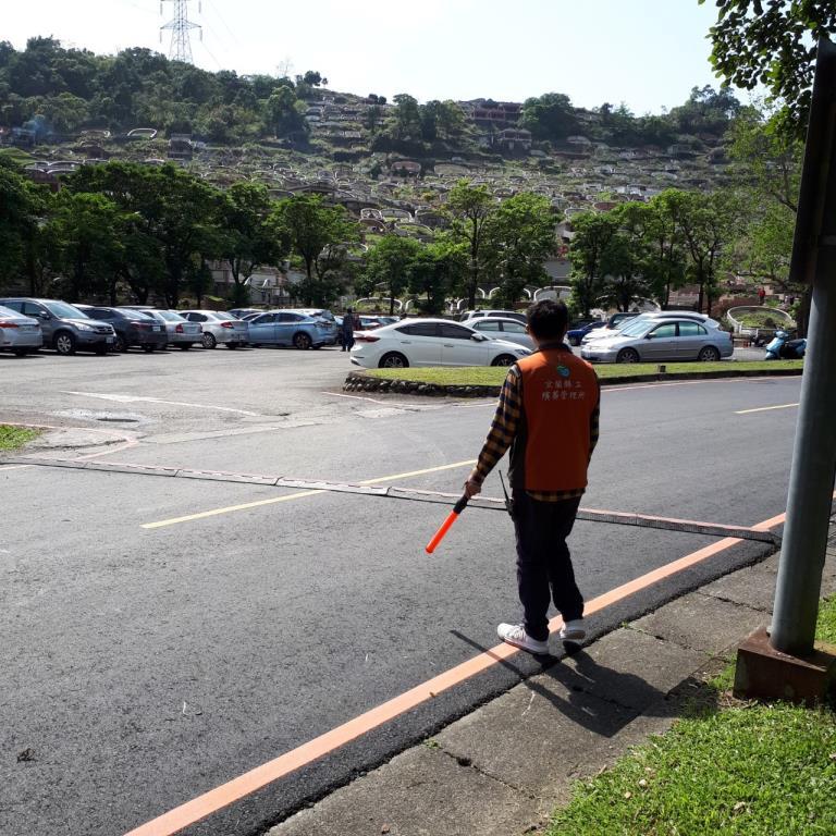 園區各路口安排同仁疏導交通及停車位引導。